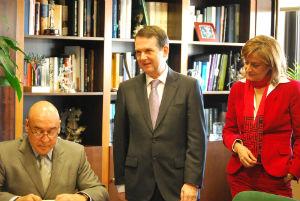 Rojo, firmando en el Libro de Honor de la ciudad, en presencia del alcalde y la senadora Silva