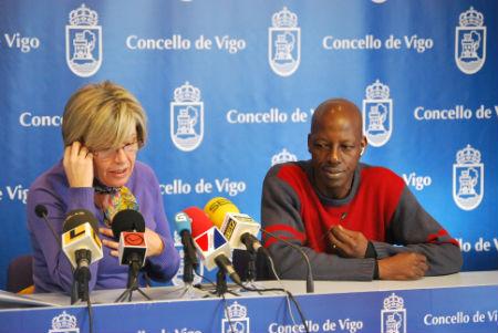 La concelleira de Benestar, María Méndez y el profesor Fall, probando el nuevo servicio de traducción del Concello