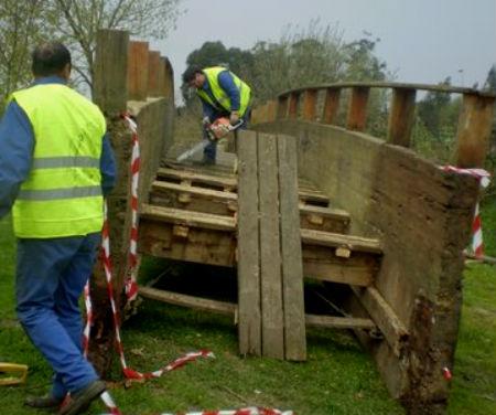 Dous operarios traballan na retirada das pontes de madeira do Lagares