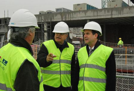 El arquitecto del proyecto, César Portela, junto al alcalde, en la azotea del Auditorio