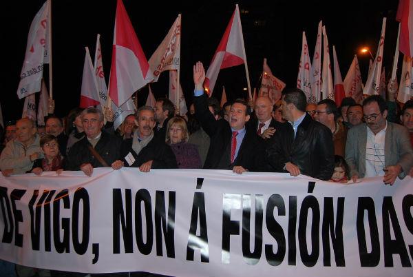 El alcalde encabezando la manifestación antifusión el passado 9 de febrero
