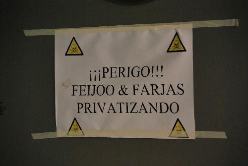Uno de los carteles colocados por la Plataforma en el exterior del Hospital Xeral