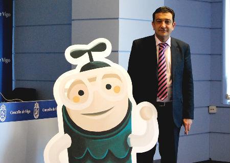 El teniente de alcalde, a la derecha, con la mascota de la campaña