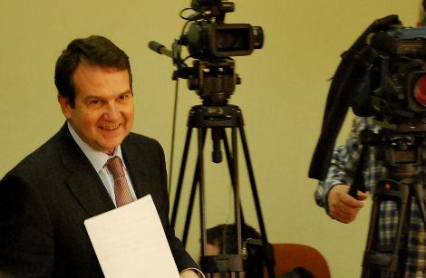 Abel Caballero llegando a la rueda de prensa de esta mañana