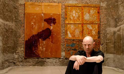 Antón Lamazares con algunha das súas obras.