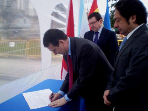 El alcalde y el consejero de Eloymar durante la firma de las obras del parking de Areal