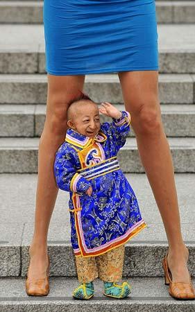 He Pingping, el hombre más bajo del mundo.
