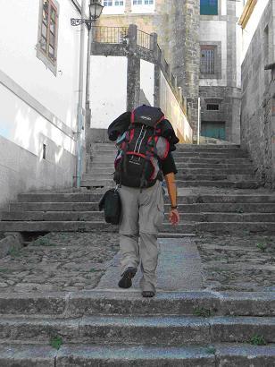 Un peregrino por las rúas de Tui