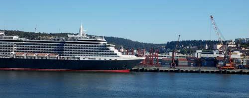 El 'Queen Victoria' atracado entre contenedores en Lisboa/Tresyuno Comunicación