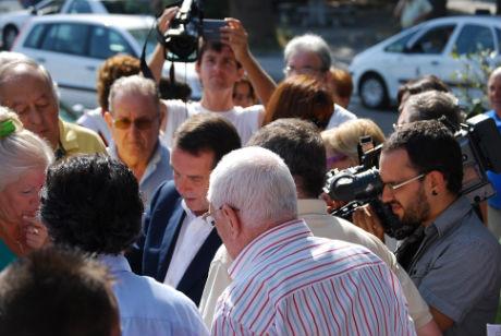 El alcalde explicaba en septiembre a los vecinos de Bouzas dónde iban a situarse los nuevos parkings