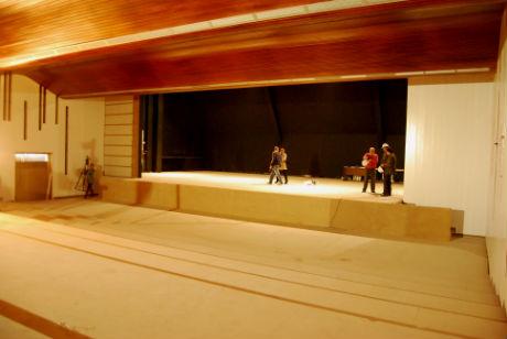 O novo auditorio mellora a acústica e a iluminación e aumenta a superficie escénica