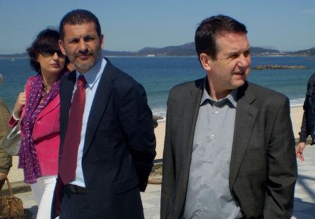 El alcalde, sin corbata, paseando por Samil esta mañana
