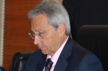 El presidente de Caixanova negocia, junto con su director general, José Luis Pego, con Caixa Galicia