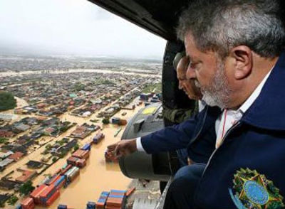 El presidente de Brasil, Lula da Silva, sobrevuela las zonas más afectadas, acompañado por el gobernador de Río de Janeiro
