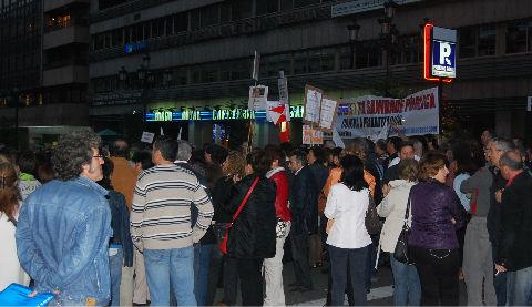 El momento final de la concentración, delante de la sede del SERGAS, en García Barbón
