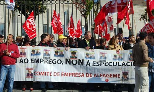 Más de un centenar de trabajadores se concentraron frente a la Xunta en Santiago.