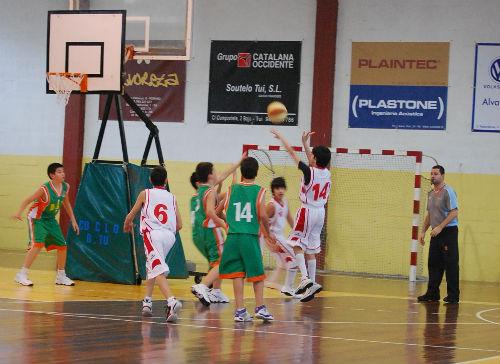 Juan Albaladejo, uno de los mejores jugadores de la ciudad, tirando a canasta
