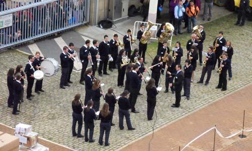Una banda de música tocó durante la salida del Grand Voyager del Puerto/Tresyuno Comunicación