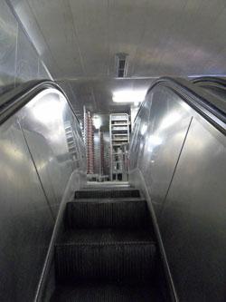 Los dos pisos de la cocina están conectados con escaleras mecánicas.