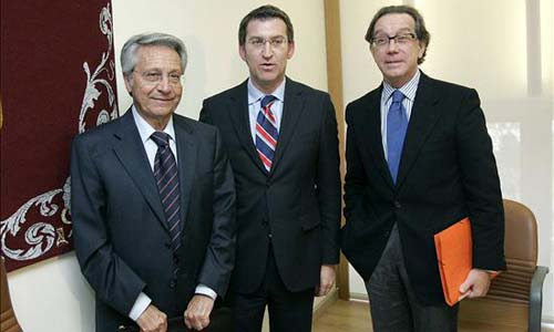 Los máximos responsables de las cajas, Julio Fernández Gayoso y José Luis Méndez, junto al presidente de la Xunta.