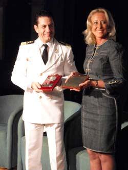 La presidenta del Puerto entregauna metopa de recuerdo al capitán del Gran Voyager