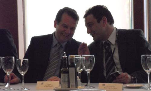 El alcalde y el teniente de alcalde durante la comida que se sirvió abordo del Grand Voyager/Tresyuno Comunicación