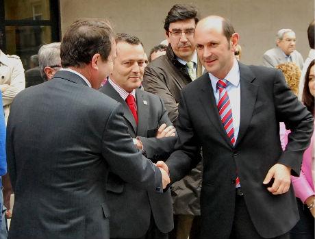 El alcalde y el presidente de la Diputación se saludan en un acto en Vigo