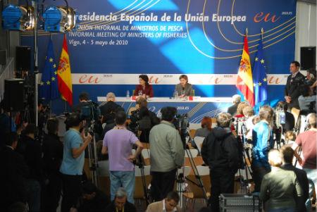 La comisaria Damanakis y la ministra Espinosa, en la rueda de prensa posterior al Consejo, esta mañana en el Museo do Mar de Vigo