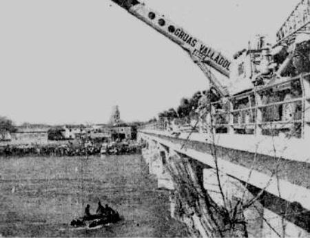 Imagen de las labores de reflotamiento del autobús que se precipito al Órbigo en 1979