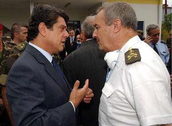 El ex ministro de Defensa, el popular Federico Trillo, y el general Navarro, en 2004