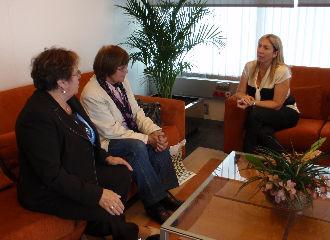 Lucía Molares con las representantes de la Asociación de Caridade Santiago Apóstol