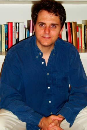 El escritor vigués Domingo Villar.