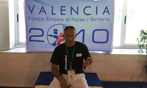 El policía tudense, Avelino Martínez, con las medallas.