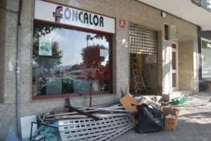 Estado en el que ha quedado la sede de Foncalor atacada esta noche con un artefacto explosivo