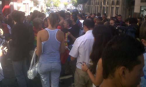 Un centenar de personas se concentró hoy a las puertas de la casa de la calle Oporto.