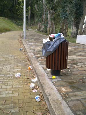 El nuevo paseo de A Guía, lleno de basura. Foto: Rodrigo D.