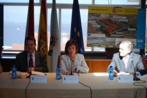 El alcalde Caballero, la ministra Espinosa y el conselleiro Hernández, hoy durante la firma del convenio de la EDAR do Lagares