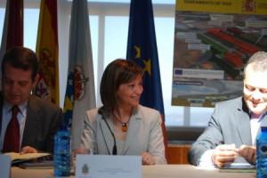 El alcalde, la ministra Espinosa y el conselleiro Hernández, el lunes, durante la firma del convenio para la construcción de la EDAR