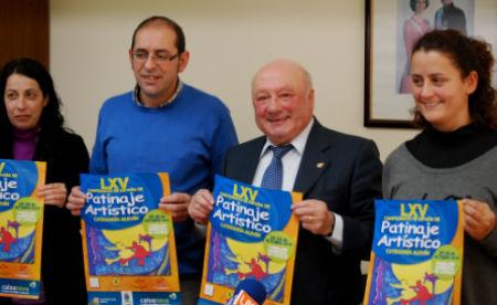 José Costa, alcalde de Covelo, acompañado de membros do clube local e organizadores, sostén o cartel oficial do Campionato de España de Patinaxe Artística, hoxe na presentación do mesmo