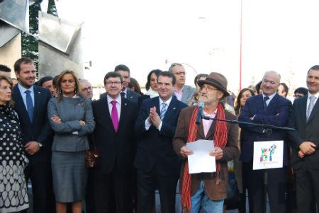 El alcalde y la corporación escuchan al escultor Silverio Rivas/Tresyuno Comunicación