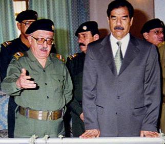 Tareq Aziz junto a Sadam Hussein cuando ambos gobernaban Irak