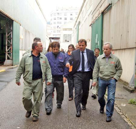 El conselleiro de Industria, Javier Guerra, con los trabajadores de Vulcano.