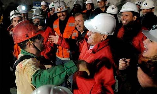 Mario Sepúlveda, el segundo rescatado, se abraza al presidente de Chile a la salida.