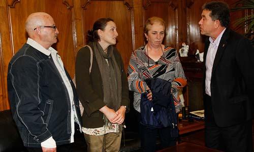 El alcalde de Pontevedra con la familia de Sonia Iglesias. Foto: Alfonbián.