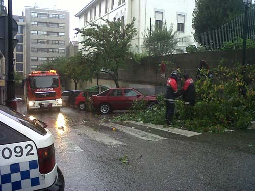 Bomberos retirando algunas de las ramas caídas frente al ambulatorio de la calle Cuba.