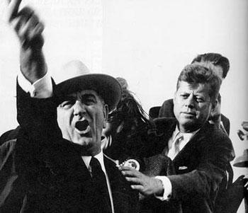 El vicepresidente Johnson responde a los insultos, en Dallas, detrás, Kennedy intenta detenerlo