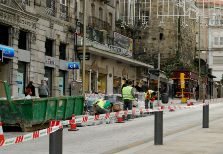 Los obreros trabajando esta misma tarde en el pavimento de la Porta do Sol