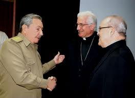 El presidente de Cuba, Raúl Castro, y el cardenal Ortega (primero por la izquierda)