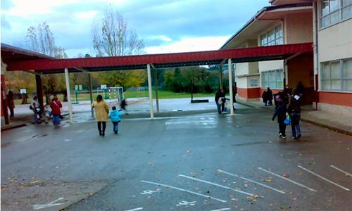A entrada do colexio, deserta.