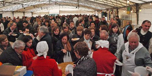 Centos de persoas achegáronse ao colexio Carballal de Cabral.